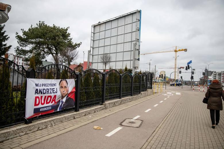 Plakat popierający Andrzeja Dudę na ogrodzeniu przy parafii Wszystkich Świętych na Antoniuku Fabrycznych.