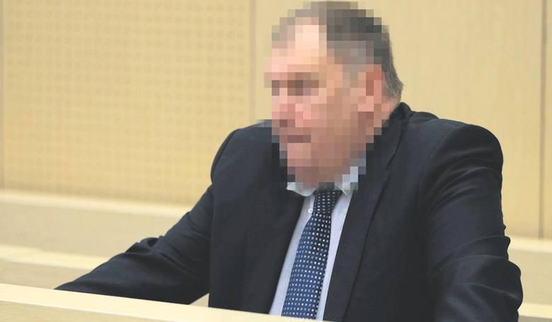 Były poznański komornik Michał R. został uznany winnym przywłaszczenia ponad 3,2 mln zł ze swojej kancelarii. Sąd skazał go na trzy i pół roku więzienia.<br /> <br /> Kłopoty z pieniędzmi w kancelarii Michała R. wyszły na jaw w sierpniu 2014 roku, kiedy wizytatorzy z poznańskiej Izby...