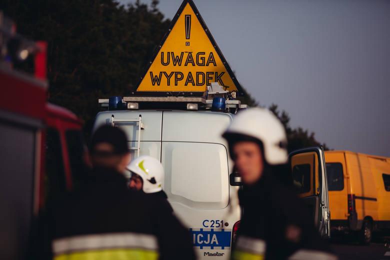 Policja informuje, że droga gminna w miejscu wypadku jest zablokowana, obowiązują objazdy.