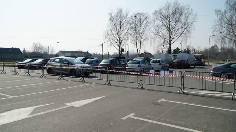 Większa część parkingu nad jeziorem Pogoria III została odgrodzona barierkami.Zobacz kolejne zdjęcia. Przesuwaj zdjęcia w prawo - naciśnij strzałkę lub