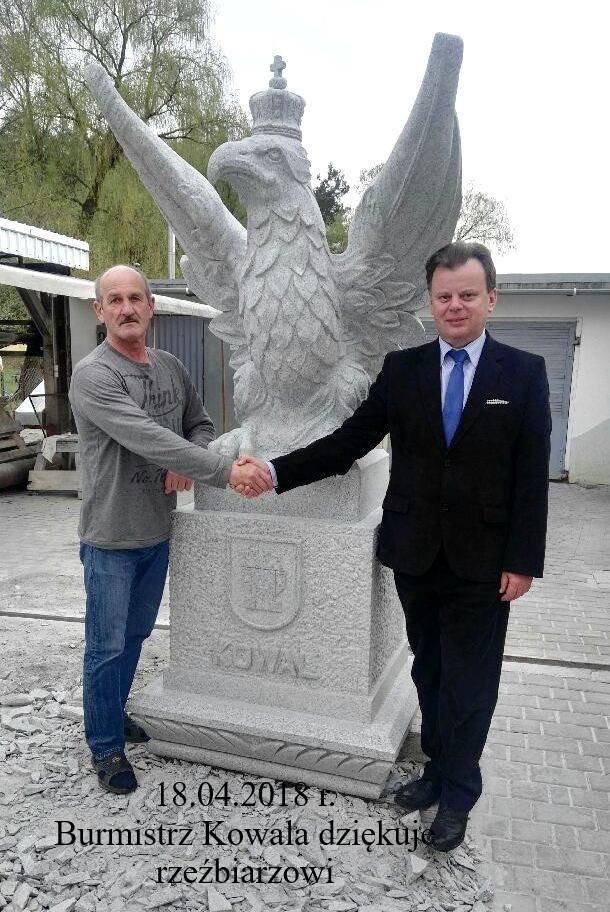 Od czwartku w Kowalu oglądać można nowy pomnik. Wykuty w granicie zrywający się do lotu orzeł jest dziełem Tadeusza Biniewicza, rzeźbiarza z Gostynina,