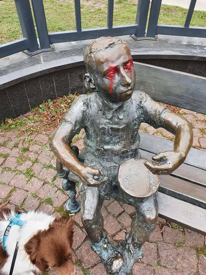 """We Wrzeszczu pomazano pomnik Güntera Grassa i Oskara z """"Blaszanego Bębenka"""""""