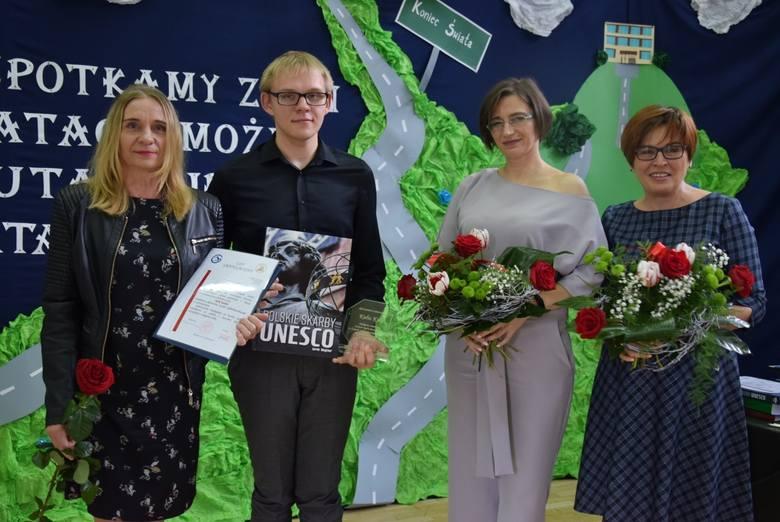 Piękne pożegnanie uczniom klas maturalnych zgotowali ich młodsi koledzy z Zespołu Szkół Ponadgimnazjalnych imienia Stanisława Staszica w Stąporkowie.