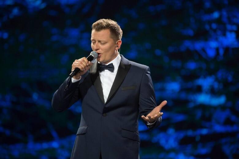 """Rafał Brzozowski jest nie tylko piosenkarzem, lecz także prowadził teleturnieje m.in. """"Koło Fortuny"""", a od dłuższego czasu program"""