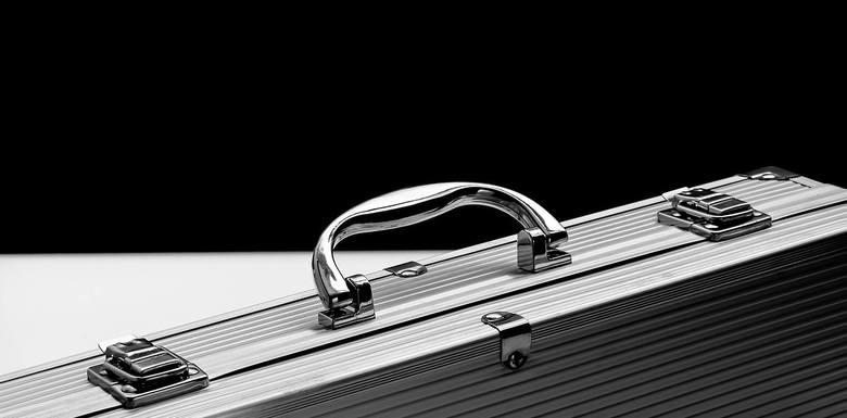 Złodzieje mają też nowy sposób na kradzież drogich samochodów. Luksusowe auta otwierane są bowiem kluczykiem zbliżeniowym (tzw. keyless entry).W akcie