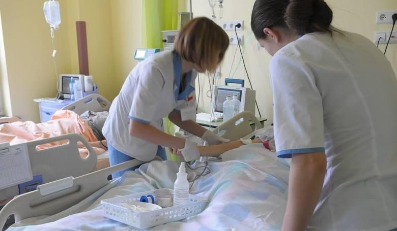 PielęgniarkiMinister zdrowia Łukasz Szumowski zaproponował nowe zasady wypłacania specjalnych premii 4 x 400 złotych. Ponadto od września 2018 roku dodatek