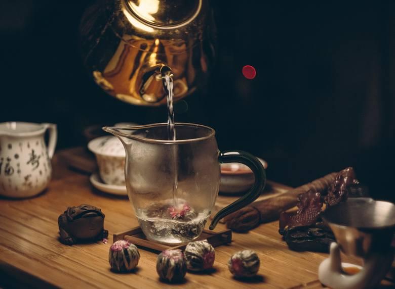 Herbata kwiatowa to pojedyncze porcje zielonej lub innej herbaty, łączonej ręcznie z innymi składnikami, m.in kwiatami. Jej nazwa pochodzi jednak od