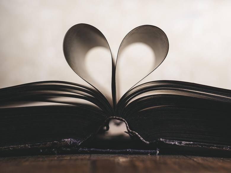 <strong>Dobra książka</strong><br /> To kolejny prezent idealny dla Niej i dla Niego. Kobiety z pewnością będą zadowolone z romantycznych historii, ciekawych biografii, czy książki kucharskiej. Panowie ucieszą się z dobrego kryminału lub literatury fantasy.<br />