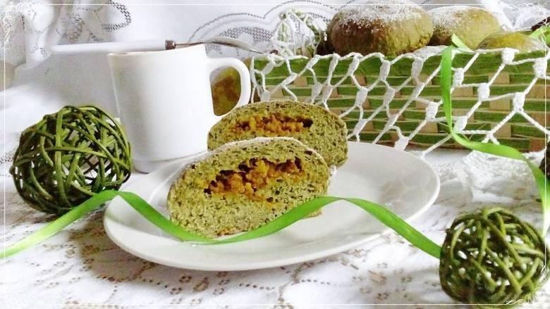 PRZEPIS NA PĄCZKI SZPINAKOWE Z GRUSZKAMISkładniki:- 250 g mąki pszennej- 140 g mąki pszennej pełnoziarnistej- 30 g otrąb żytnich- 1 jajko- 200 g mrożonego