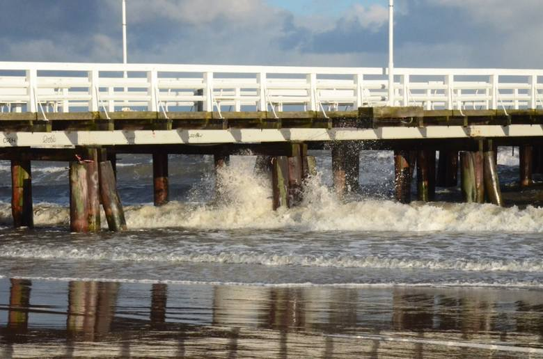 Noworoczny sztorm mocno nadwyrężył konstrukcję sopockiego mola. Silne fale uszkodziły głównie dolne pokłady. Przez parę dni wejście na molo było zam