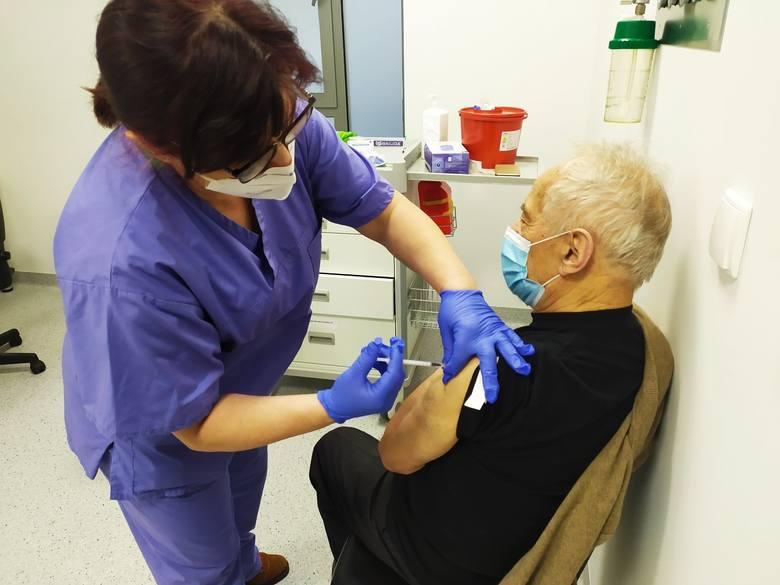 Szczepienia seniorów potrwają wiele tygodni.