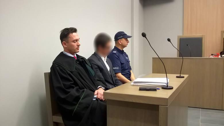 Jakub B., poznański adwokat, został skazany na dwa lata więzienia za oszustwo biznesmena. Chociaż proces odwoławczy bardzo się przeciągał, zaś sam sąd stwierdził, iż obrońca Jakuba B. zmierzał do jego przedłużenia sprawy, ostatecznie we wtorek zapadł prawomocny wyrok.