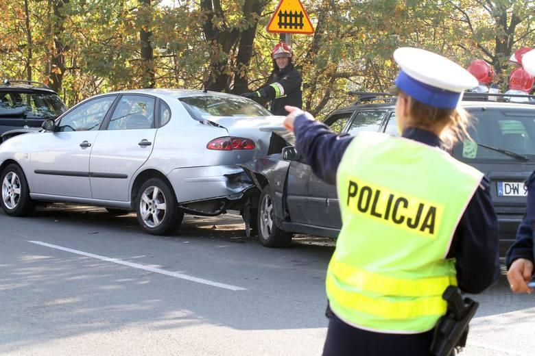 Fałszywe stłuczki aut we Wrocławiu i okolicach, fikcyjnie okradane i demolowane samochody do tego auta bez wartości, na zakup których wyłudzano kredyty