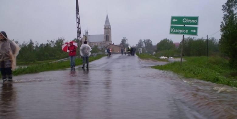 Liswarta wylala - zdjecia Dariusza DomagalyZamkniety most na rzece Liswarta w Starokrzepicach, zdjecie od ul. Piaski.