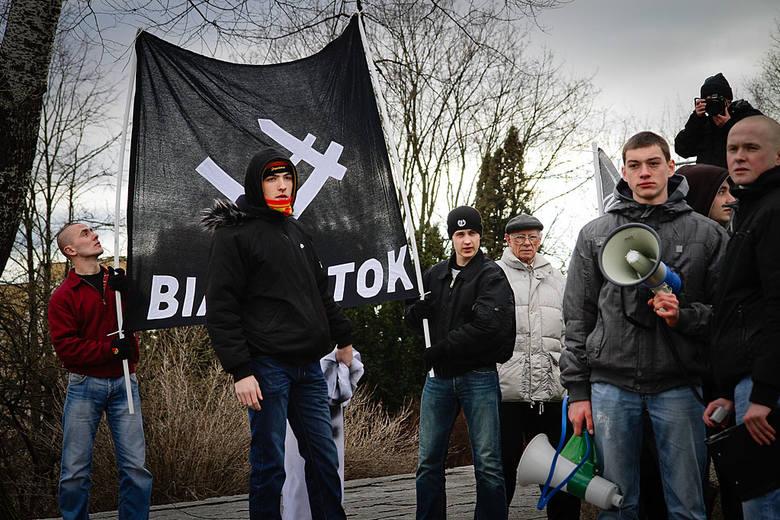 Członkowie NOP spotkali się na Placu Uniwersyteckim przed Pomnikiem Bohaterów Ziemi Białostockiej.