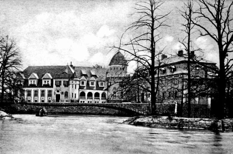 Ten sam pałac po przebudowie w 1915 roku przez Georga Kisslinga. Nowy właściciel do starej bryły rezydencji dobudował dodatkowe skrzydło