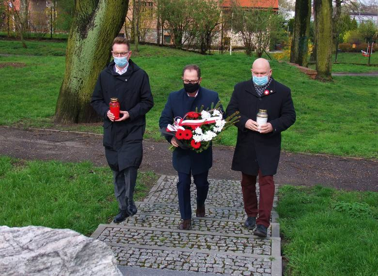 Z okazji Święta Konstytucji 3 Maja radni PiS z Inowrocławia złożyli kwiaty pod kamieniem upamiętniającym Konfederatów Barskich
