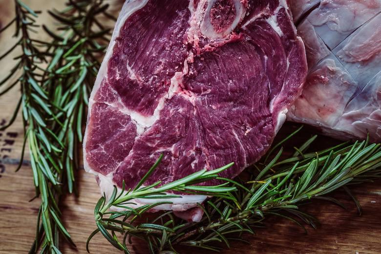 Stek wołowy i stek z tuńczyka. Przepisy, który pokochasz. Sprawdź, jak je zrobić i jakie wybrać mięso