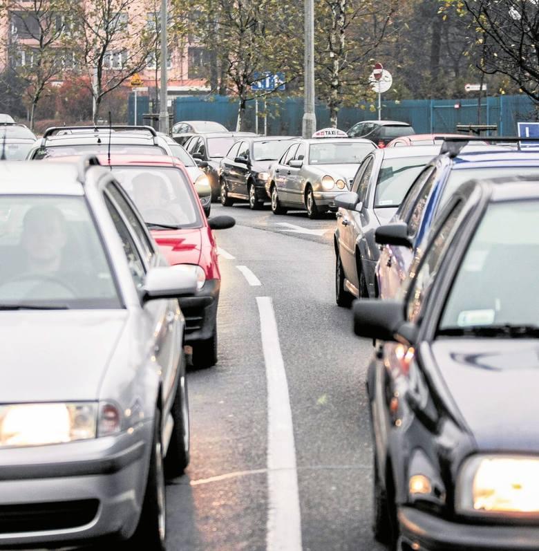znur samochodów na al. Powstańców Wielkopolskich ustawia się niemal codziennie. Utrudnienia mogą potrwać nawet cały rok.