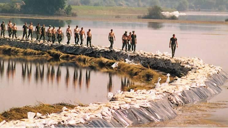 Opole 1997. Trzeci tydzień powodzi. Odbudowa przerwanego wału powodziowego w miejscu, w którym woda wdarła się do miasta.