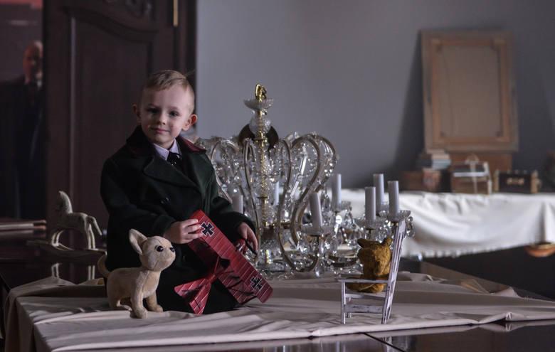 Andrzej Bieńkowski, jeden z najmłodszych aktorów na planie, a w filmie najmłodszy z rodu von Kraussów. Czterolatek niezwykle cierpliwie czekał na zdjęcia ze swoim udziałem. Na planie zabawiał go prawdziwy tata i tata filmowy, czyli Borys Szyc