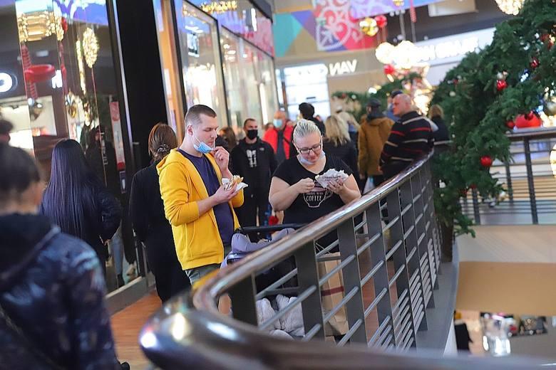 Sto osób w kolejceDo sklepu txmaxx czekało ok. 100 osób. Kolejka nie malała przez kilka godzin. O połowę krótsze były te, które ustawiły się przed sklepem