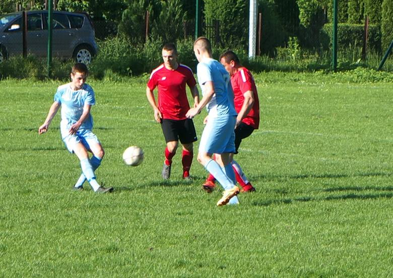 Błękitni Grzęska (jasne stroje) wysoko zawiesili poprzeczkę drużynie ze Skołoszowa.