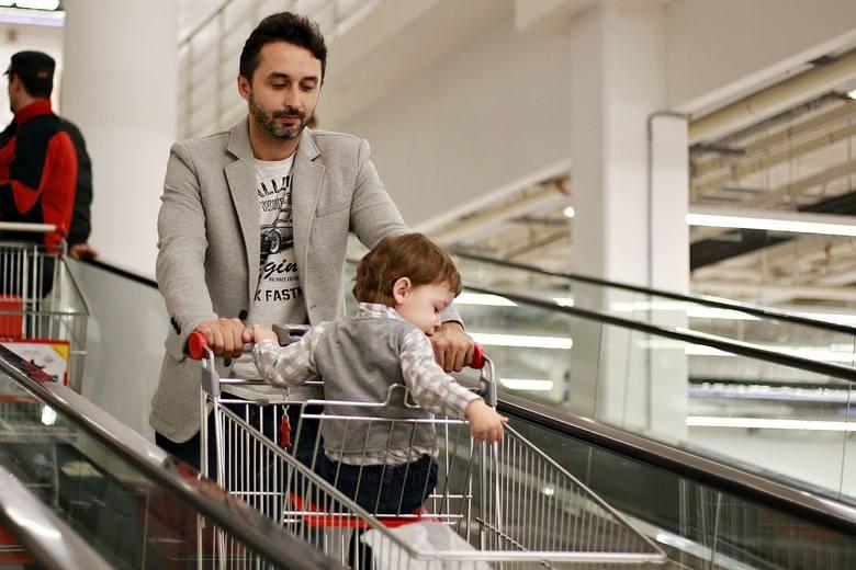 <i><strong>A co, jeśli przy kasie cena okaże się wyższa, niż na wywieszce albo metce?</strong></i><br /> Masz prawo kupić towar w korzystniejszej dla ciebie cenie. Sprzedawca w sklepie stacjonarnym nie może odmówić sprzedaży, tłumacząc się np. pomyłką pracownika.