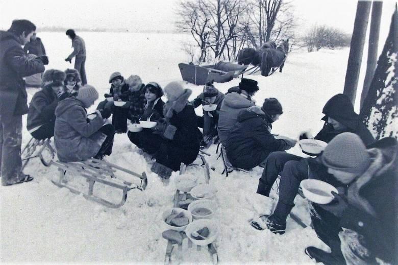 Popas uczestników kuligu na peryferiach Słupska.