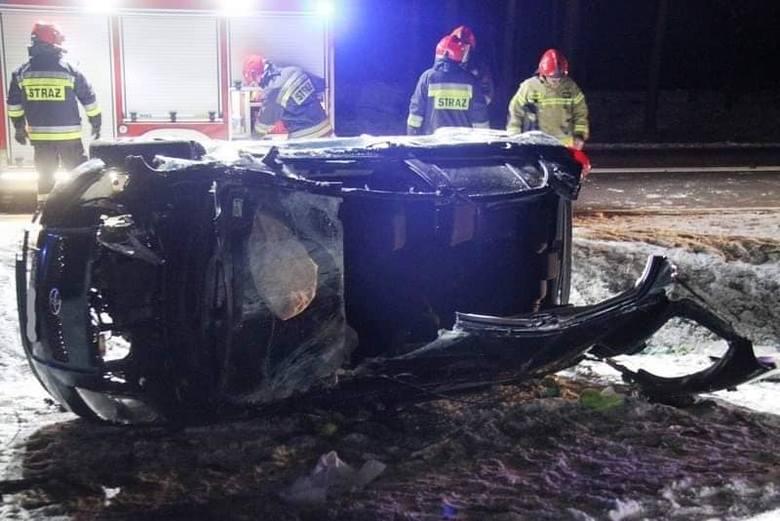 Kobieta chciała wyprzedzić samochód, przez co wpadła w poślizg. Strażacy musieli wydobywać ją z uszkodzonego pojazdu.