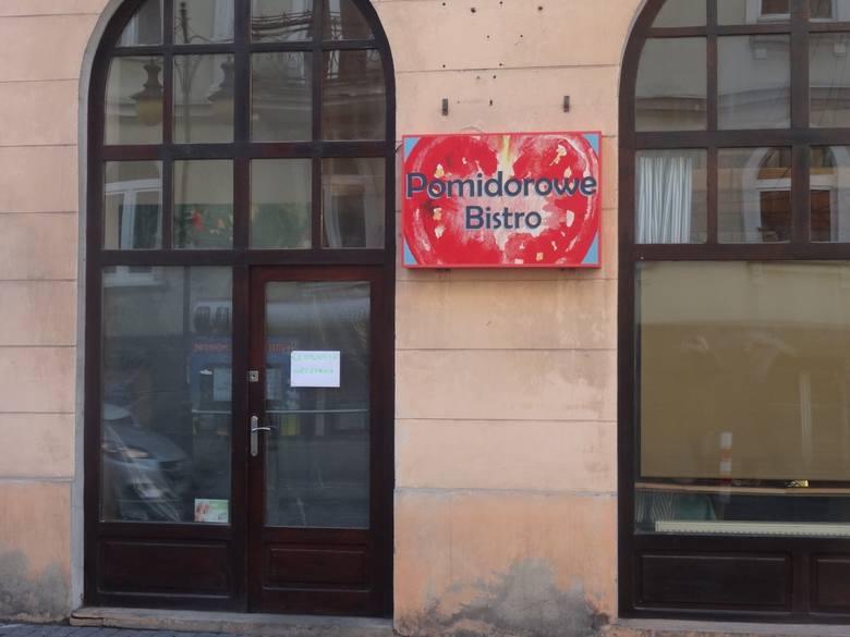 """Pierwsze zmiany w lokalu są już widoczne. W czwartek zniknął dotychczasowy szyld, a w jego miejsce pojawił się nowy - z nazwą """"Pomidorowe Bistro""""."""