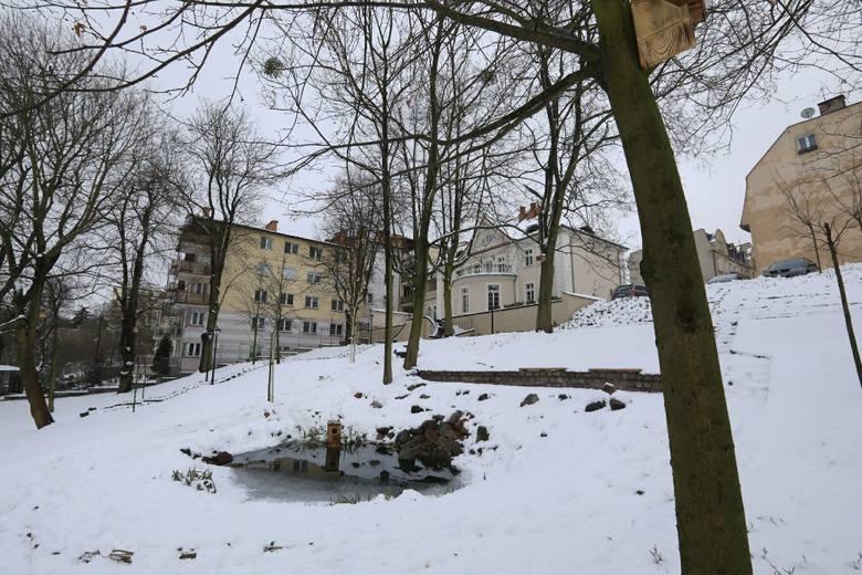 Mimo reanimacji i prób ratunku kobieta, którą w środę wieczorem policjanci wydobyli ze stawu przy ul. Danielewskiego w Toruniu, zmarła w szpitalu.W środę