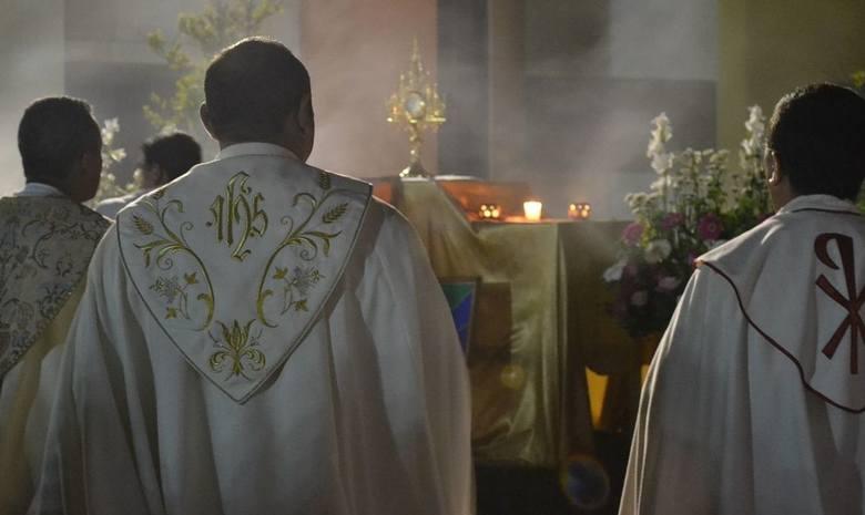 Zarobki duchownych owiane są tajemnicą. Ile zarabiają księża? Większość z nich nie chce o tym otwarcie mówić. Wiadomo jednak, że nie dzieje się im krzywda.