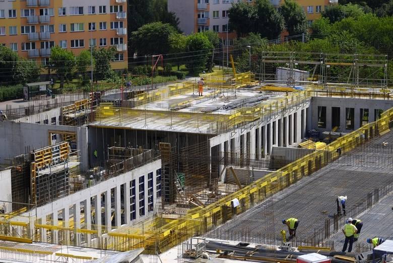 Na placu Zwycięstwa wznoszony jest gmach nowego Sądu Rejonowego w Toruniu. Jak widać na zdjęciach, prace są już zaawansowane. Wykonawcą inwestycji za
