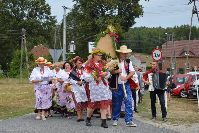Tłumy na dożynkach gminnych w Mirostowicach Górnych. Było co zjeść, czego posłuchać i dobrze się bawić na pokazach tresury psów, bractwa rycerskiego.