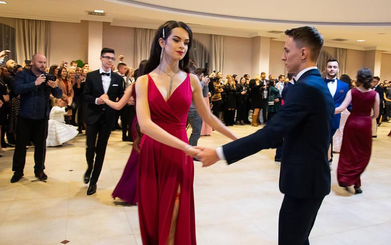 Taneczny krok w kierunku matury zrobili uczniowie I Społecznego Liceum Ogólnokształcącego im. Hetmana Jana Tarnowskiego w Tarnobrzegu. W sobotni wieczór