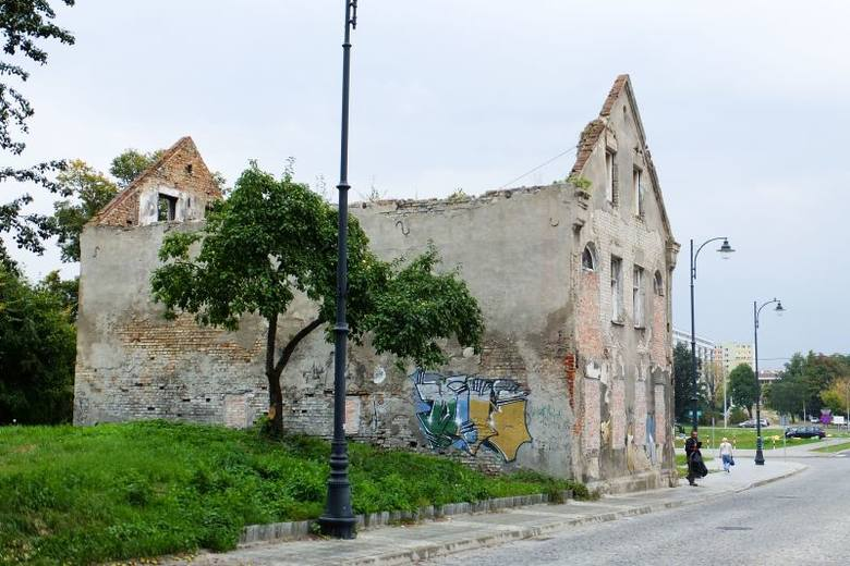 Ul. Kijowska 2. Kamienica stwarza zagrożenie (zdjęcia, wideo)