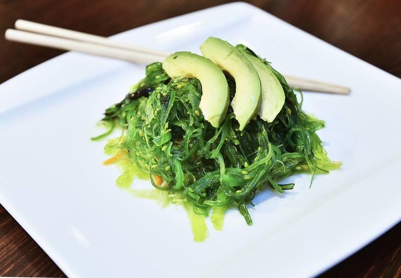 Chcąc przyspieszyć swój metabolizm warto wybierać dania kuchni japońskiej, w których pojawiają się glony takie jak nori, hijiki czy wakame (na zdjęc