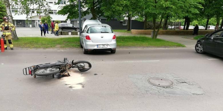 Młody motocyklista (21 lat) z urazem głowy trafił do szpitala im. WAM po zderzeniu z samochodem osobowym. Do wypadku doszło na Bałutach w Łodzi. ZDJĘCIA