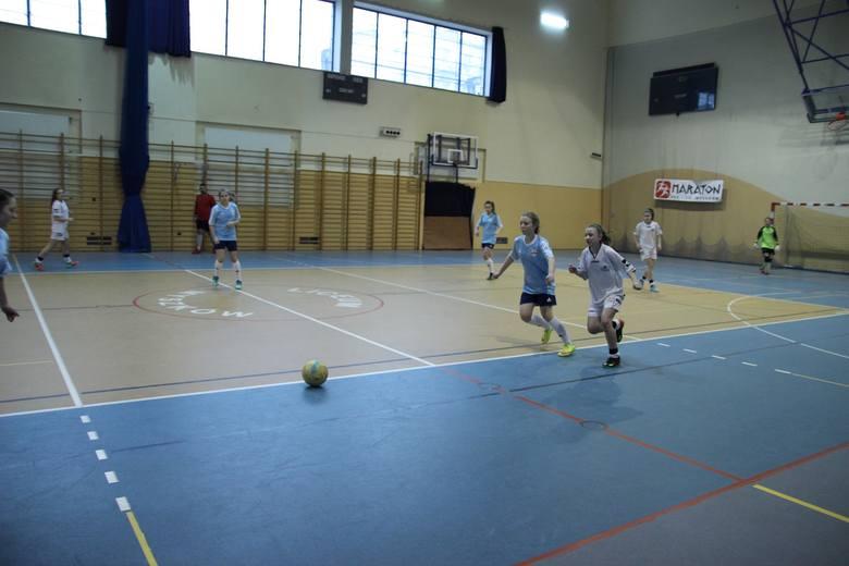 Już po raz dziewiąty piłkarki Dzień Kobiet uczciły, rywalizując w turnieju piłkarskim w Myszkowie.Turniej, który na stałe wpisał się w kalendarz imprez
