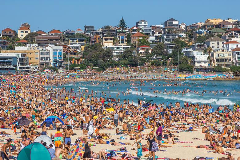 Plaża Bondi, Sydney, AustraliaJedna z największych plaż Sydney została skwalifikowana przez National Geographic na 8 miejscu wśród najlepszych plaż miejskich