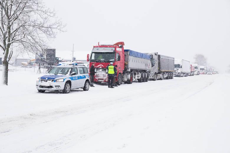 Podczas śnieżycy w centrum miasta dochodziło do korków i utrudnień. Po zamieci problem jest przy wjeździe do miasta. Zarówno od strony Warszawy . jak