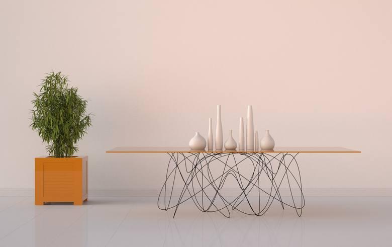 """Ten mebel autorstwa Jasona Phillipsa nazwano """"stołem kwantowym"""". Nietypowy kształt metalu podtrzymującego blat ma się kojarzyć z ruchem cząsteczek mniejszych"""