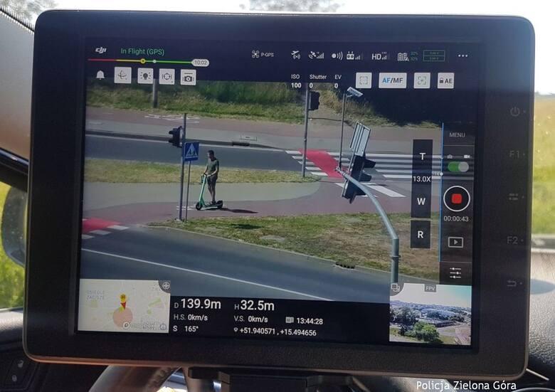 Policyjny dron w akcji. Na celowniku kierujący hulajnogami