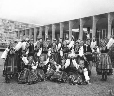 """""""Mazowsze"""" to stuosobowa grupa artystów, 8 ton bagażu, 1500 kostiumów, 60 lat doświadczenia. """"Mazowsze"""" to 2,3 mln"""
