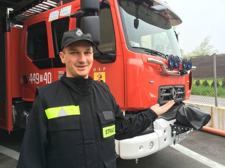 Piotr Rynio, Strażak Roku w powiecie opatowskim prezentuje nowoczesny wóz jednoski w Ożarowie - renault D14.