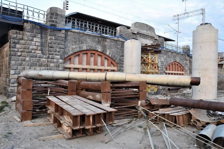 Centrum przesiadkowe Opole Wschodnie. Demontaż starych rur ciepłowniczych przy wiadukcie kolejowym.