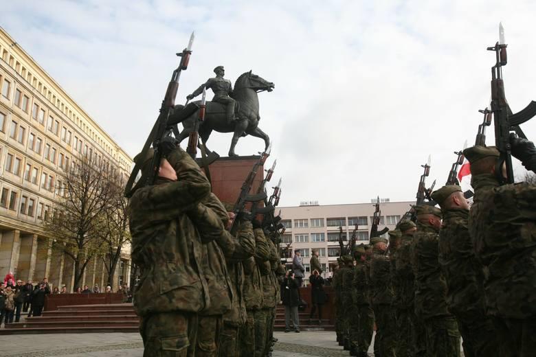 Pomnik Piłsudskiego miał stanąć bliżej placu Sejmu Śląskiego, niż jest ustawiony obecnie. Miał też być połączony z powstańczą pietą