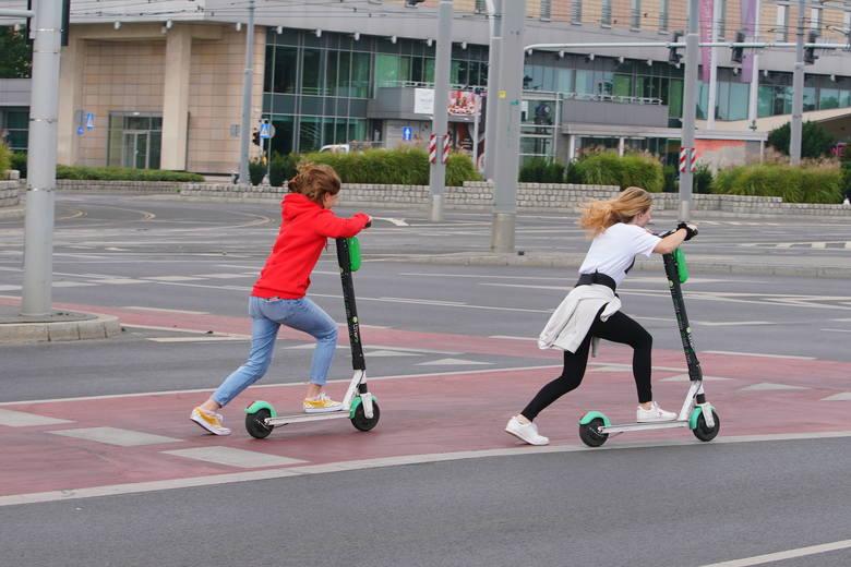 Przypominamy, że również poruszanie się hulajnogami po ścieżkach rowerowych jest zakazane, ponieważ w świetle prawa jadący hulajnogą traktowany jest