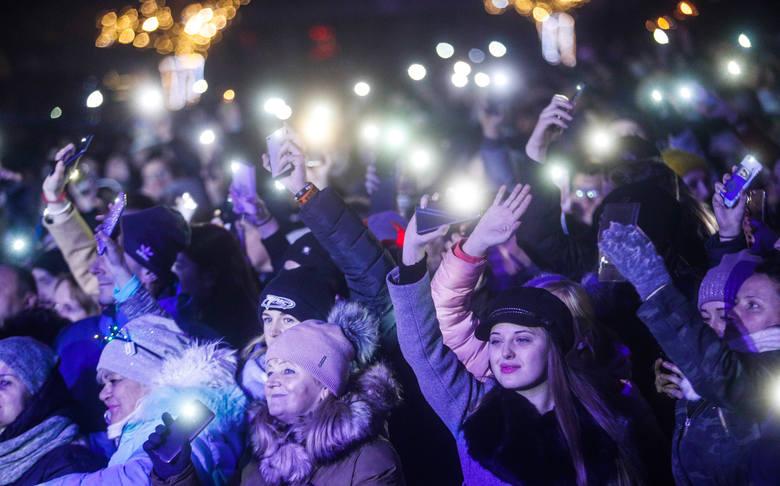 Tłum bawił się na płycie rzeszowskiego Rynku podczas imprezy sylwestrowej. Gwiazdami wieczoru byli: Mesajah, Adamo Rudnik i Lady Pank. Impreza zakończyła
